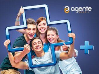 jovens com o símbolo do mais nas mãos - representando a empresa Agente Brasil